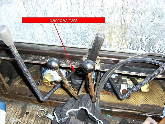 установка гидрораспределителя с длинными джойстиками в кабине экскаватора МТЗ и ЮМЗ