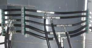 Монтаж рукавов высокого давления на круглой колонне с помощью рельсовой направляющей и хомутов