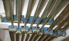 Монтаж гидравлической трубки на мостовой пластине с помощью трубных колодок